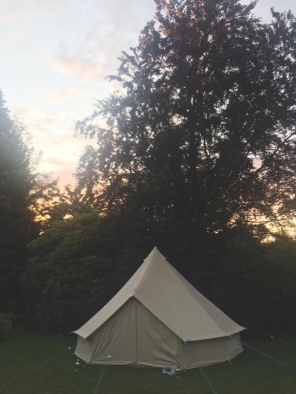 Telt der ligner tipi og solnedgang