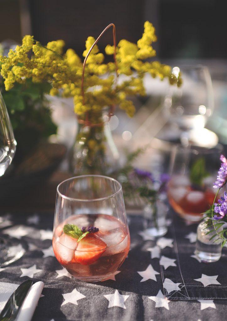 drinks på dækket bord