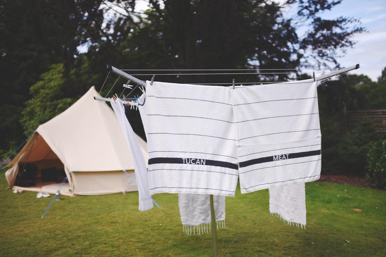 håndklæder på tørrestativ med teksten Tucan & Meat