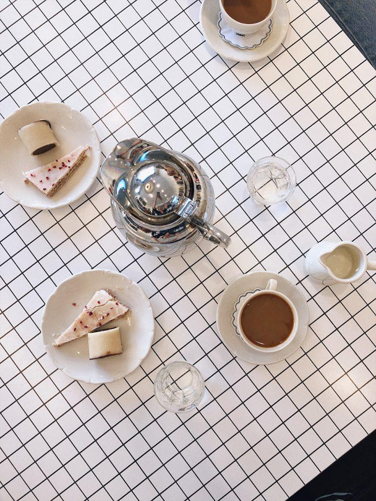 9392488561d9  Kaffe og kage. Træstammer er noget af det bedste jeg ved – hindbærsnitter  donerer jeg til gengæld gerne til andre. Er ikke så god til glasur