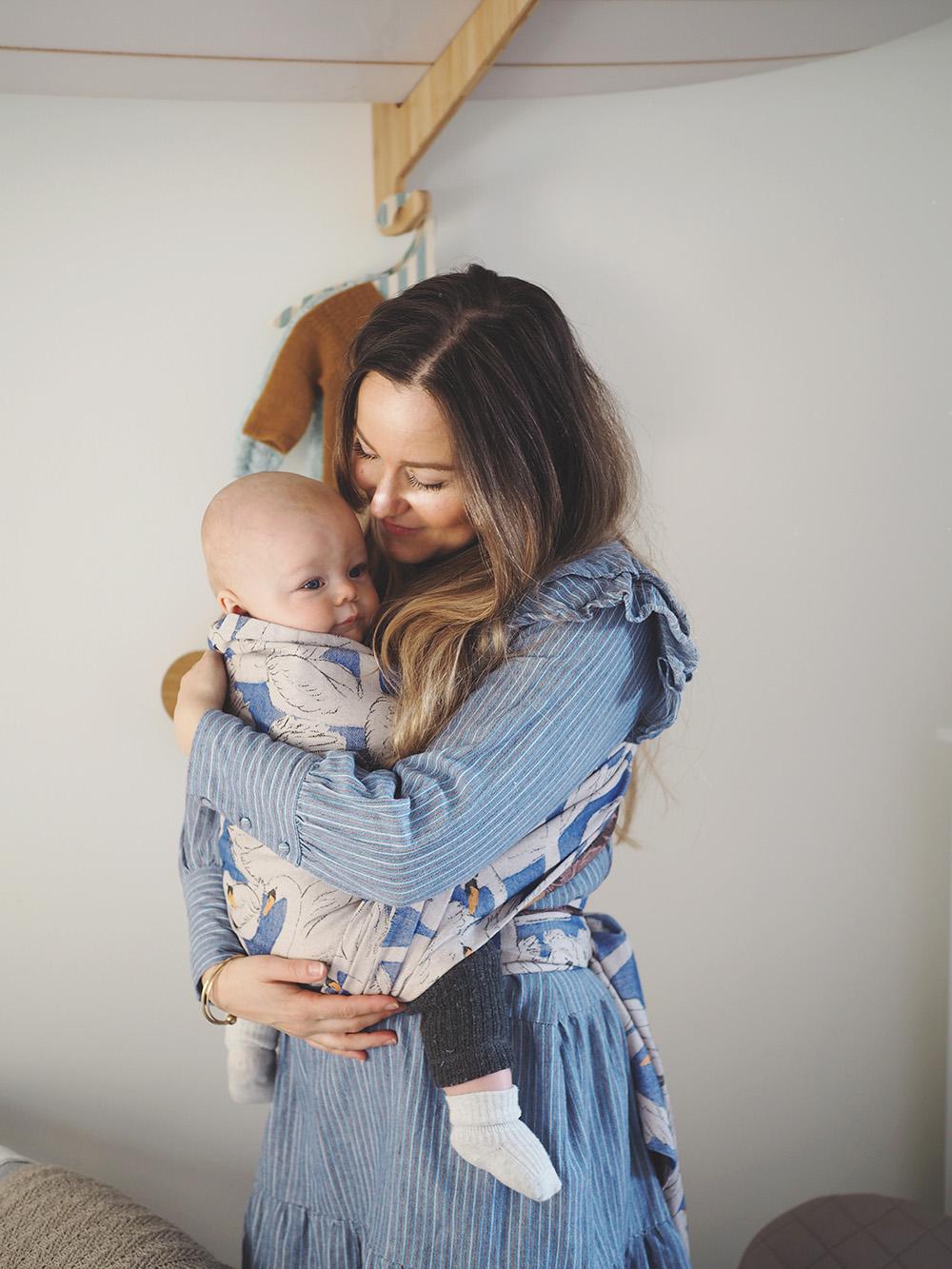 mor med baby i vikle