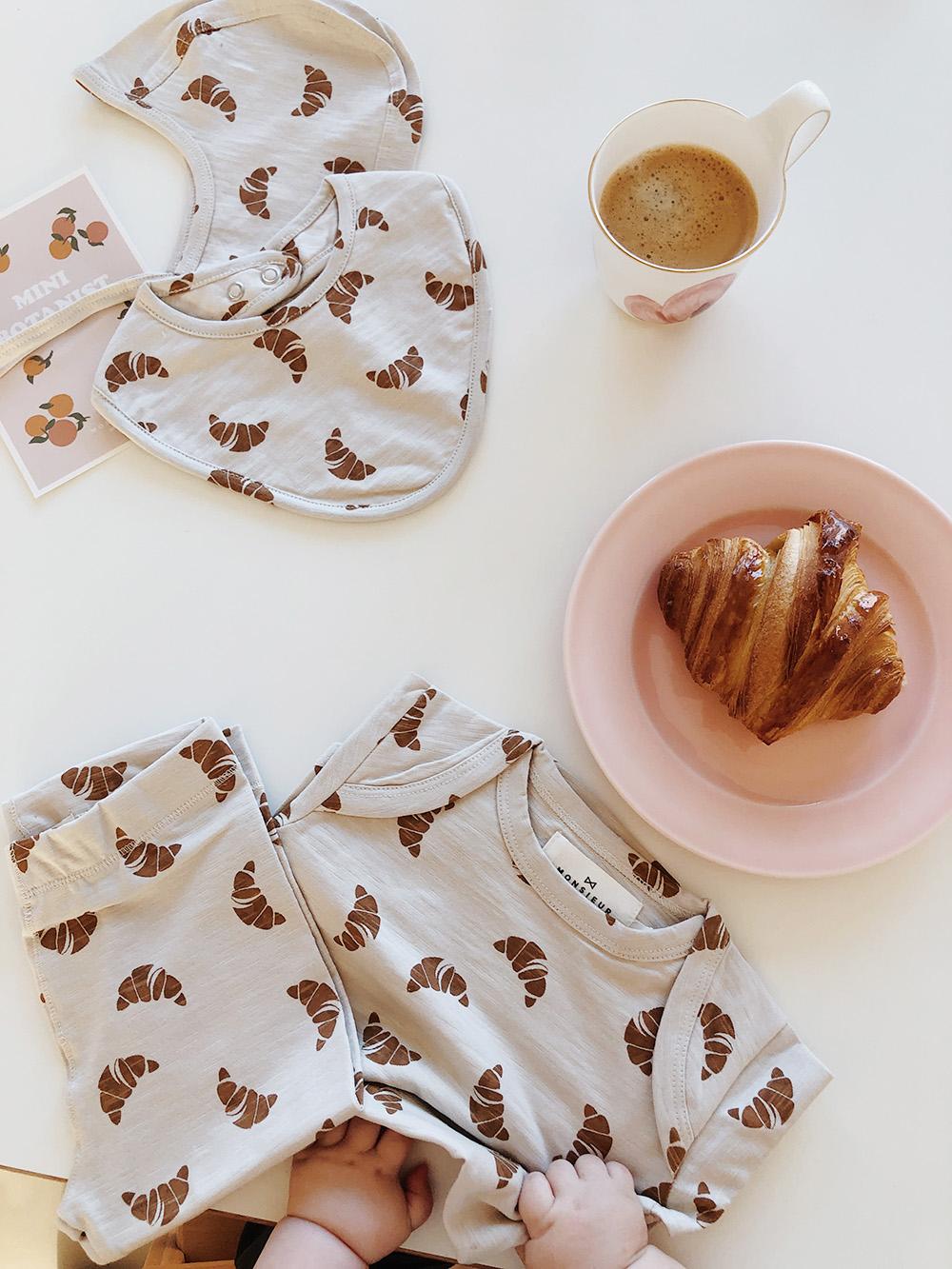 hagesmæk med croissanter og babyhænder