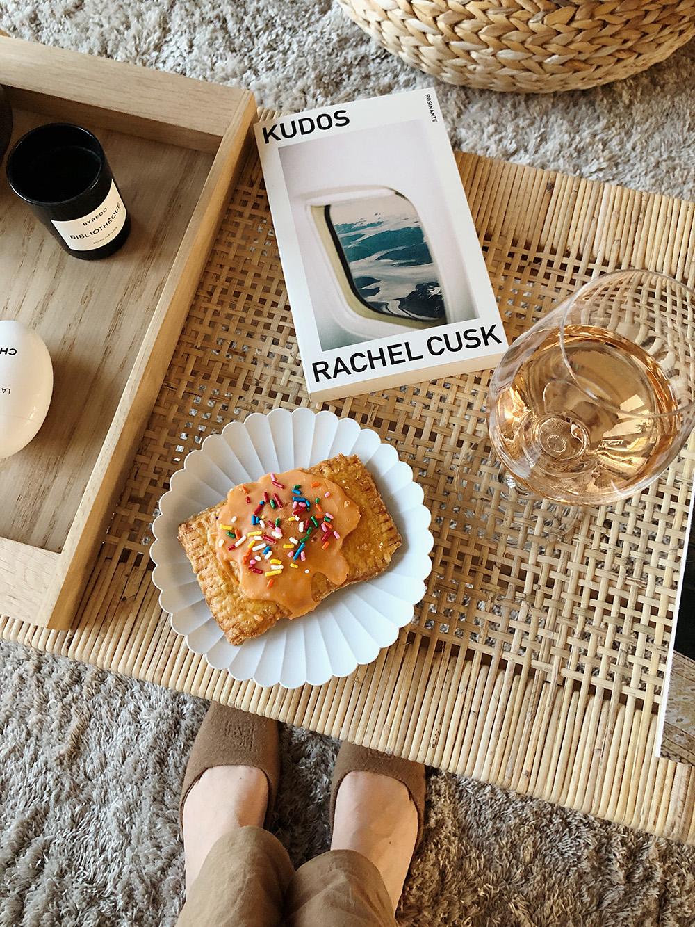 bog, rosévin og kage