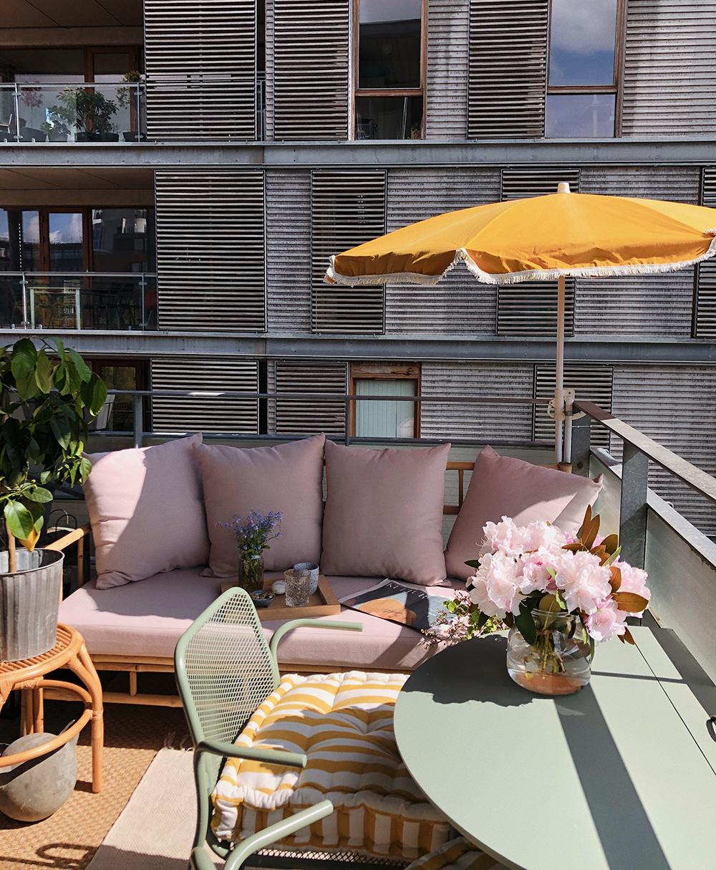 altan med bord og parasol