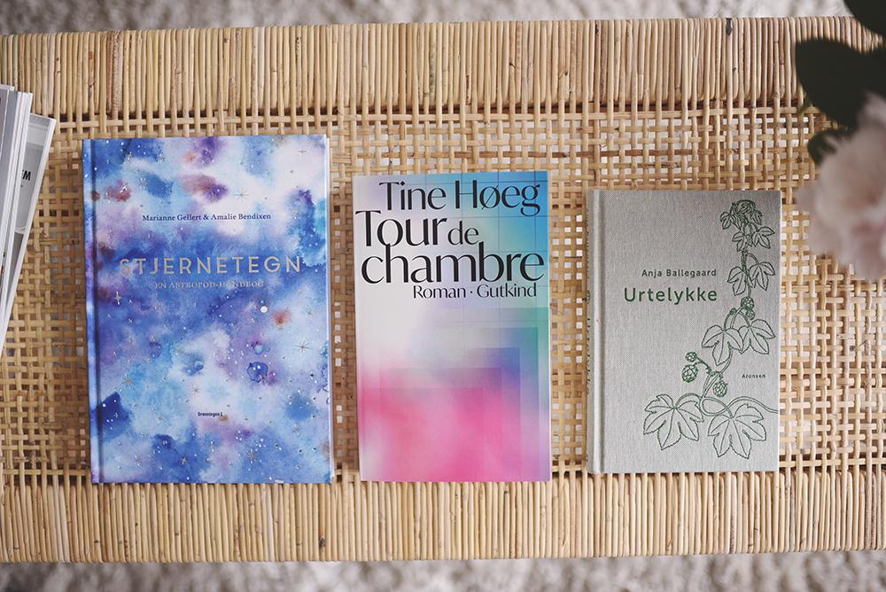 tre bøger på sofabord