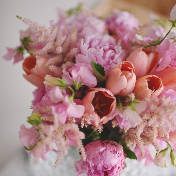 buket med lyserøde blomster
