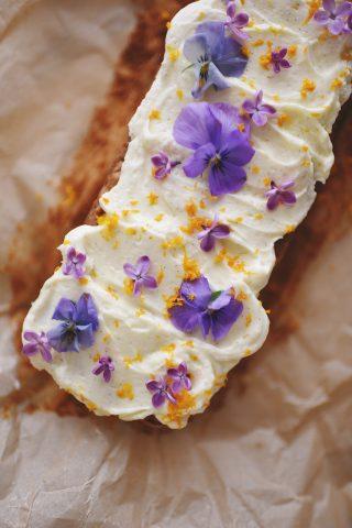 gulerodskage med spiselige blomster