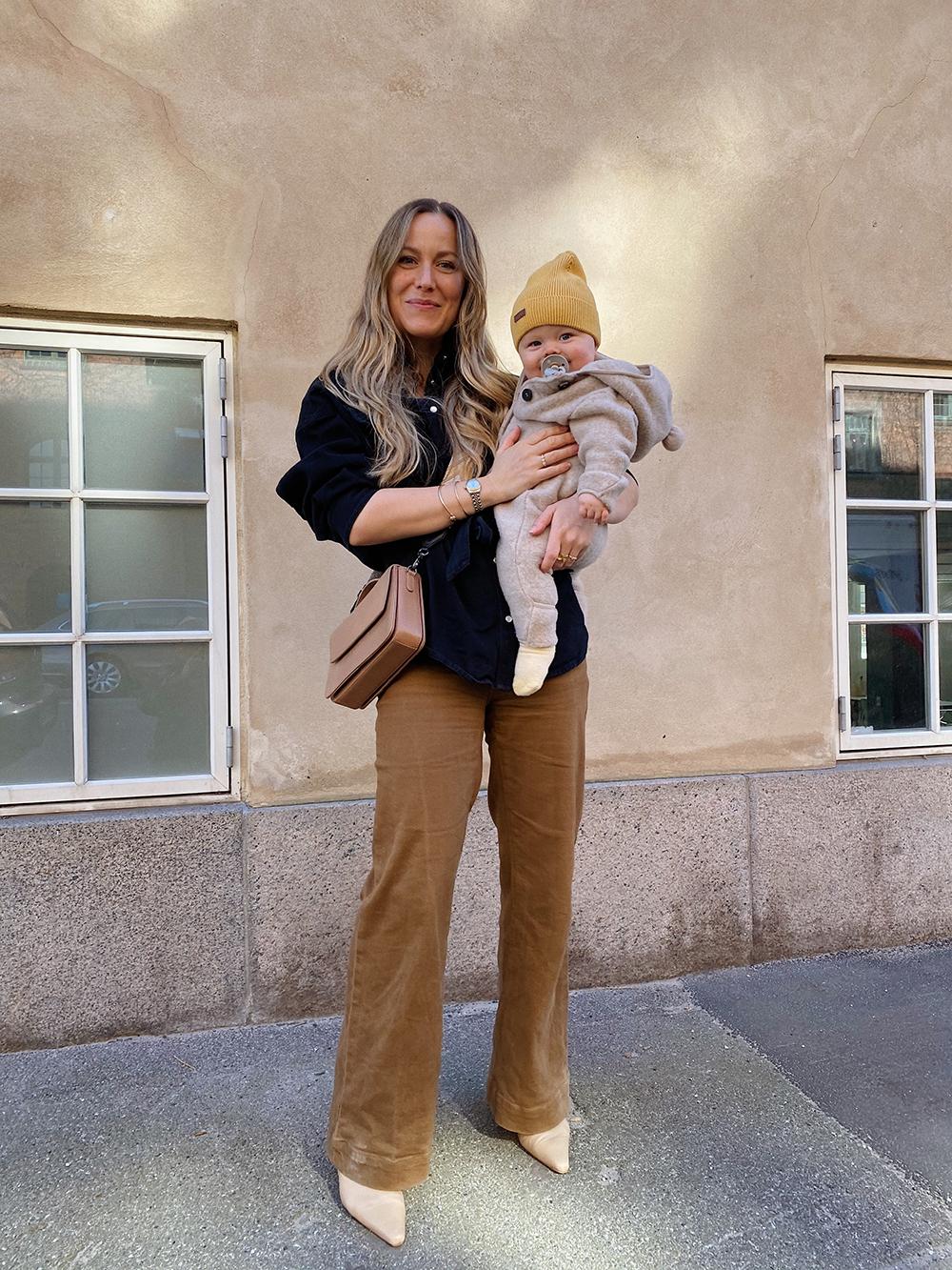 mor med baby på armen