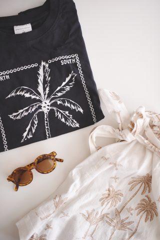 shorts og t-shirt med palmer