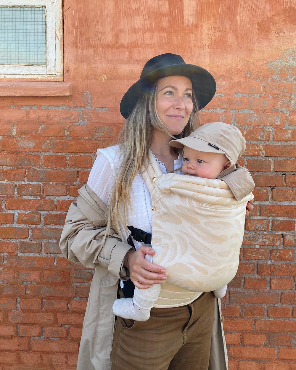 mor med barn i bæresele