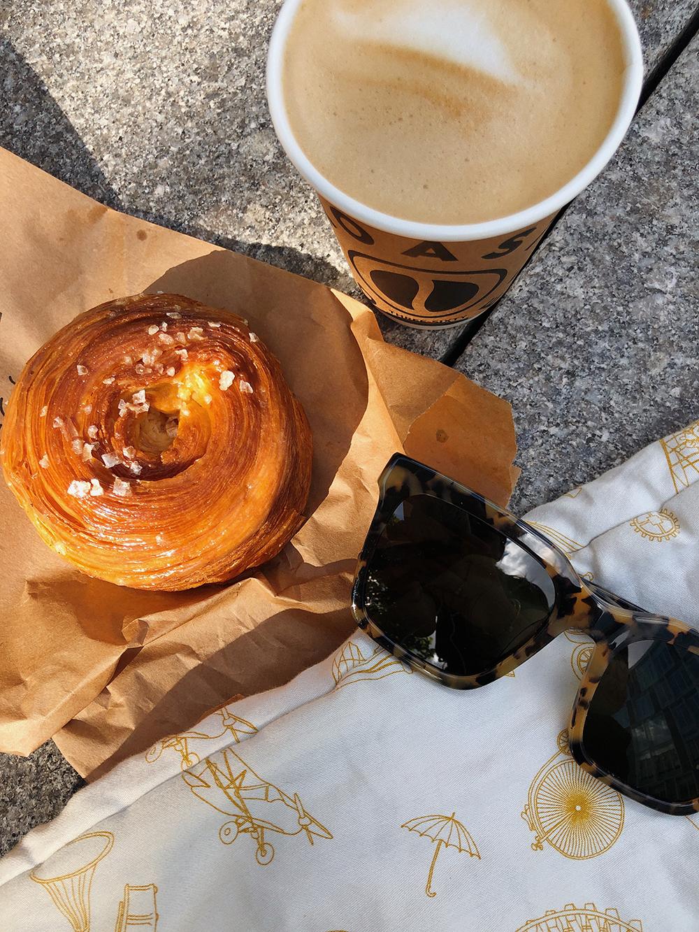 kaffe og croissant og solbriller