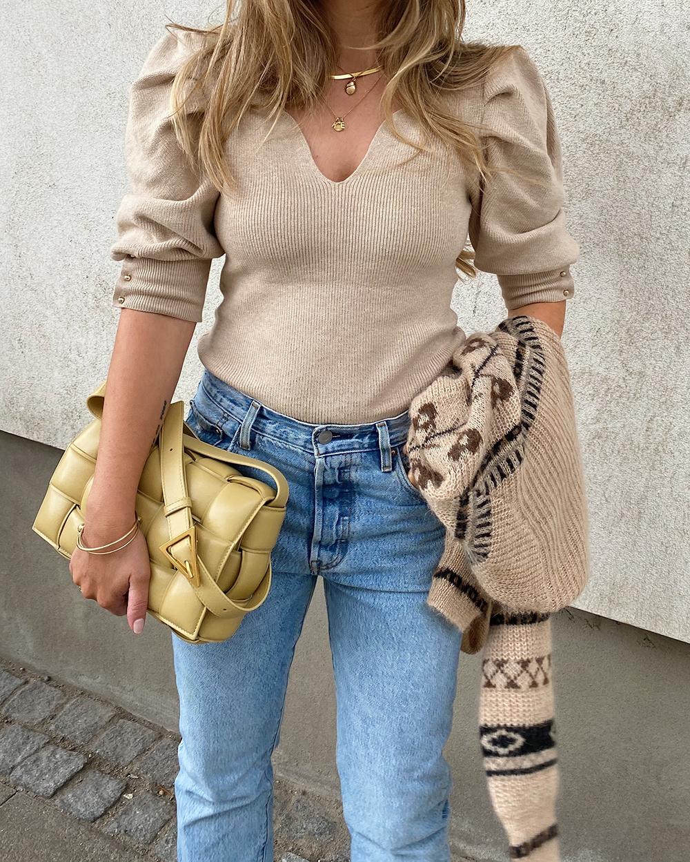 outfit jeans og beige bluse
