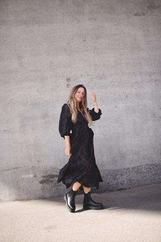 sort kjole i genanvendt polyester