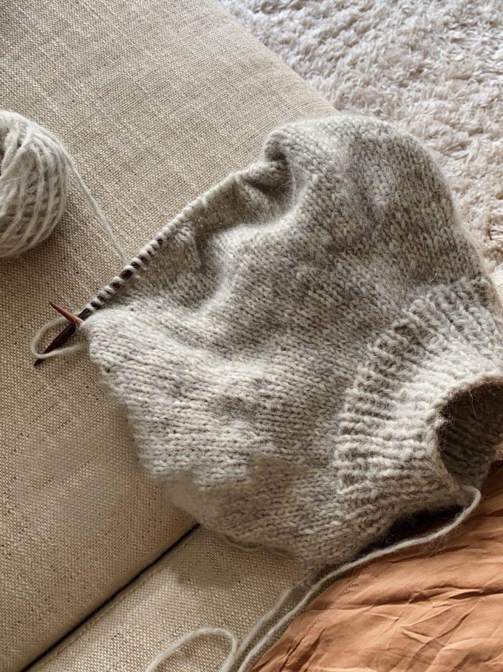 strikketøj i sofa